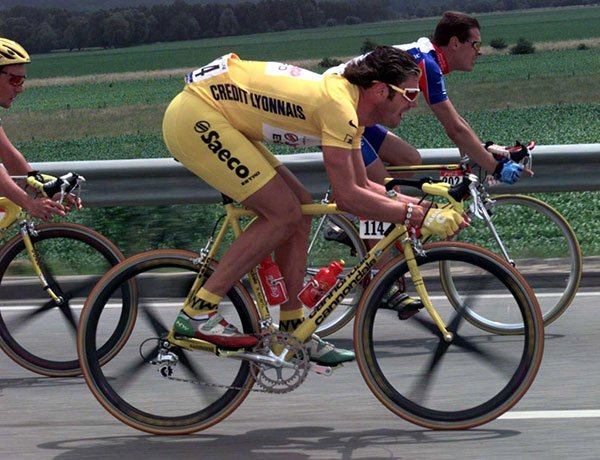 Mario Cipollini in a yellow cycling kit in the Tour de France